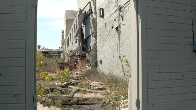 CLOSE-UP:-Explorando-ruinas-ruinas-de-fábrica-Fisher-cuerpo-planta-abandonada-USA