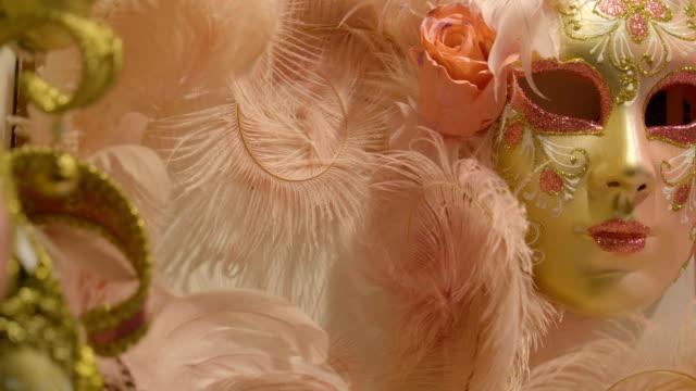 Las-máscaras-con-plumas-color-rosa-en-la-tienda