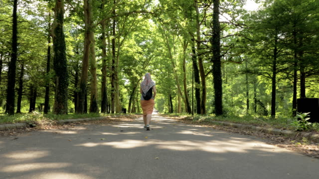 Mujer-camina-en-el-parque-Tskaltubo-Georgia