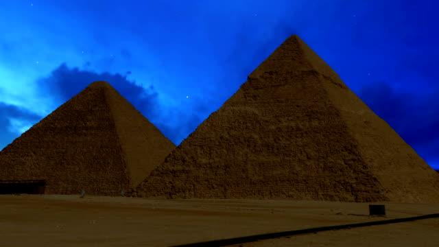 Pyramiden-von-Gizeh-bei-Nacht-Wolken-läuft-über