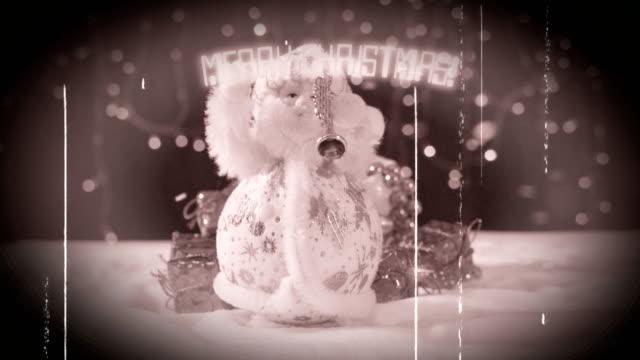 Tres-músicos-divertidos-Papá-Noel-con-sus-regalos-son-divertirse-bailar-celebrar-y-felicitar-en-la-nieve-girando-y-al-final-la-inscripción-feliz-Navidad-