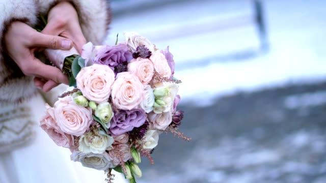 close-up-wedding-bouquet-in-the-hands-of-the-bride-winter-wedding