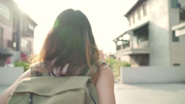 Cámara-lenta---para-mochileros-Asia-mujer-esta-feliz-viajando-en-Beijing-China-mujer-de-blogger-adolescente-hermosa-alegre-caminando-a-Chinatown-Estilo-de-vida-mochila-concepto-de-turismo-viajes-vacaciones