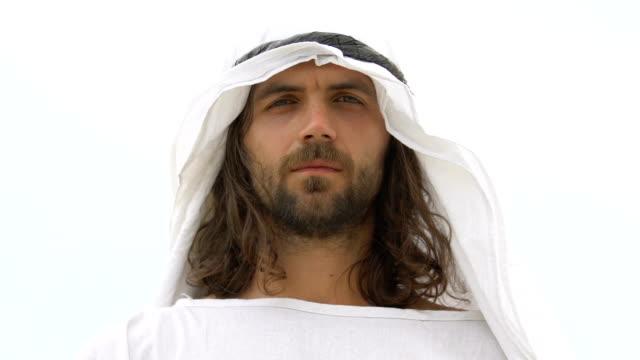 Guapo-árabe-masculino-mirando-a-la-cámara-usando-keffiyeh-ropa-tradicional