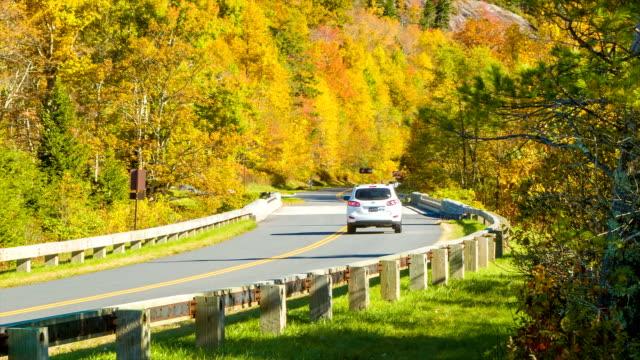 Toma-panorámica-de-los-árboles-al-vehículo-en-otoño-color-BlueRidge-Parkway