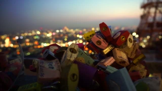 Cerradura-de-Torre-N-de-Seúl-Seul-Corea-del-sur---julio-de-2016:-del-amor-con-vista-de-noche-romántica-de-cubierta-de-colina