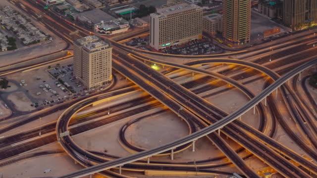 al-atardecer-noche-iluminación-tráfico-carretera-cruce-azotea-ve-4-k-tiempo-lapso-Emiratos-Árabes-Unidos