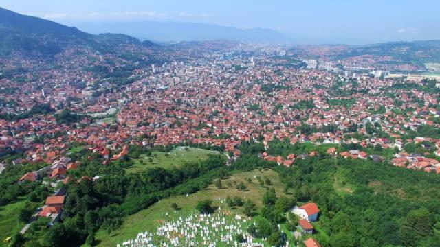 Volando-sobre-la-ciudad-bosnia-con-cementerios-musulmanes