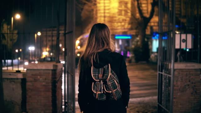 Rückansicht-des-junge-Brünette-Frau-spät-nachts-im-Stadtzentrum-von-Rom-Italien-Mädchen-dreht-sich-und-sehen-Sie-das-Kolosseum