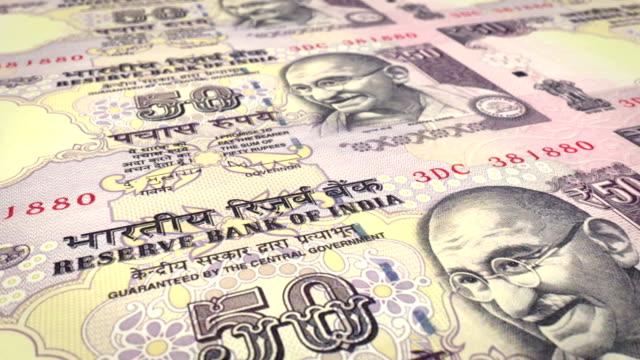 Banknoten-von-fünfzig-indische-Rupien-der-Bank-der-Republik-Indien-Rollen-auf-dem-Bildschirm-Münzen-der-Welt-Bargeld-Schleife