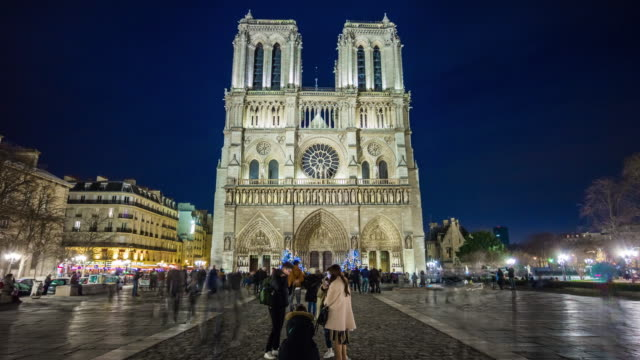 Francia-noche-iluminación-famoso-notre-dame-de-paris-llena-Plaza-panorama-4k-lapso-de-tiempo