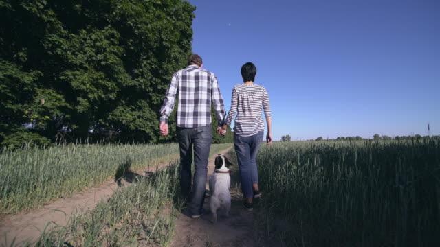 pareja-de-enamorados-caminando-el-perro