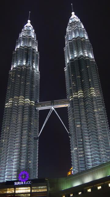 Malasia-vertical-kuala-lumpur-petronas-Torres-noche-iluminación-panorama-4k