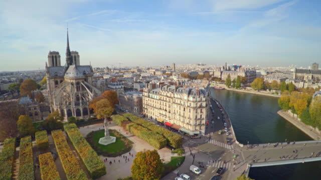 Vista-aérea-de-París-con-la-Catedral-de-Notre-Dame