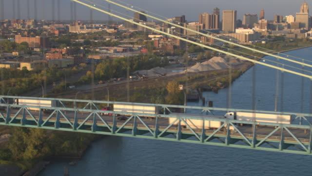 ANTENA:-Camiones-Semi-cruzar-el-Puente-Embajador-conducir-mercancías-en-Detroit