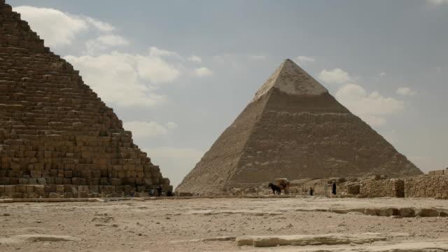 Pferdekutsche-und-die-Pyramide-des-Chephren-in-der-Nähe-von-Kairo-Ägypten