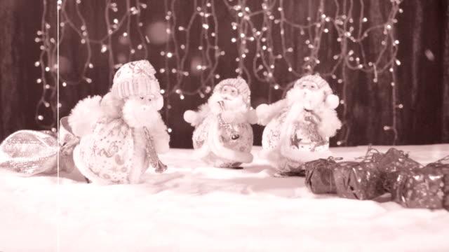 Tres-músicos-divertidos-Papá-Noel-con-sus-regalos-son-divertirse-bailar-celebrar-y-felicitar-en-la-nieve-girando-y-al-final-la-inscripción-feliz-año-nuevo-