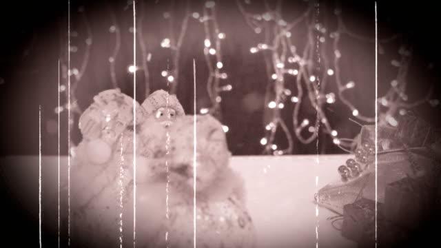 Tres-músicos-divertidos-Papá-Noel-con-sus-regalos-son-divertirse-bailar-celebrar-y-felicitando-en-la-nieve-girante-