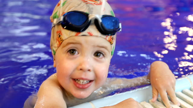 Porträt-von-Baby-Schwimmen-im-Schwimmbad