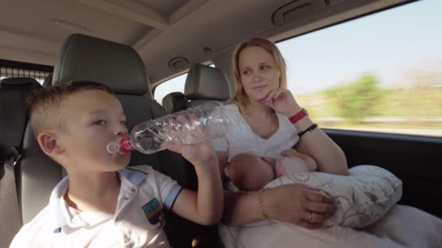 Mutter-mit-zwei-Kindern-die-mit-dem-Auto