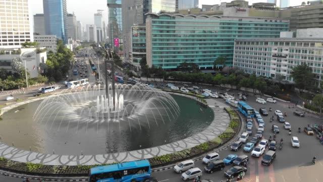 Clip-de-vista-aérea-de-la-estatua-del-monumento-Selamat-Datang-o-monumento-de-bienvenida-de-Yakarta-con-tráfico-rodado