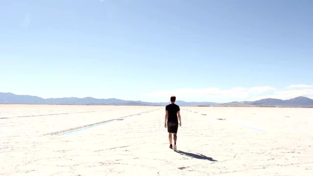 Mann-zu-Fuß-entfernt-gegenüber-dem-Salt-Flats
