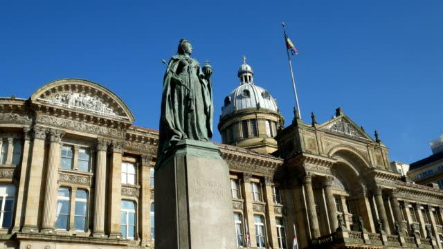 Zoom-in-to-statue-of-Queen-Victoria-Birmingham-England-