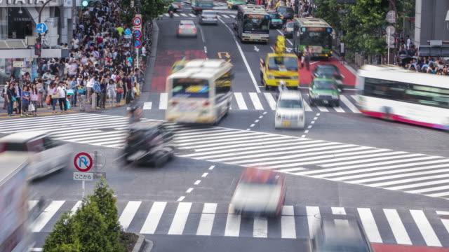 Tokio-Japón-Día-Lapso-de-tiempo-de-personas-caminando-el-cruce-de-Shibuya-durante-la-noche