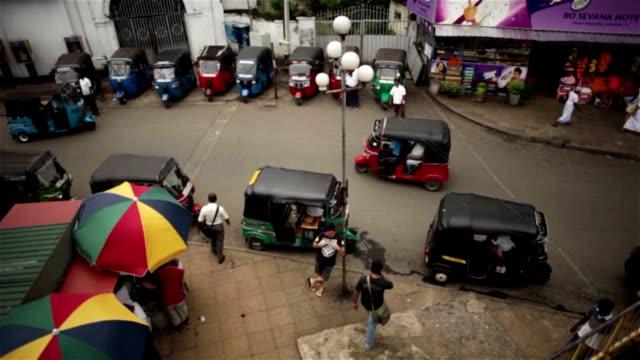 Un-día-en-la-vida-de-Sri-Lanka-tuk-tuk-parada