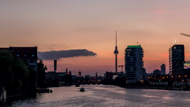 Perfect-evening-to-night-Timelapse-of-Berlin-via-the-River-Spree