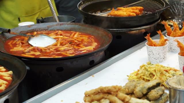 Seoul-Korea-Vielzahl-von-Koreanisch-Straße-Garküche-Tteokbokki-Fisch-Würstchen-Wurst-und-andere-frittiertem-Essen-auf-stick