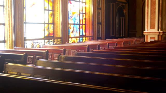 Pews-de-madera-en-un-pasillo-de-la-iglesia-cristiana