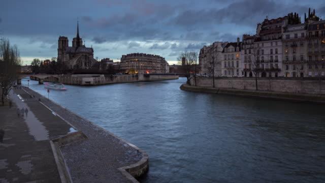 Paris---las-orillas-del-río-Sena-por-Ile-Saint-Louis-y-Ile-de-la-Cité-con-la-Catedral-de-Notre-Dame-(Time-lapse)
