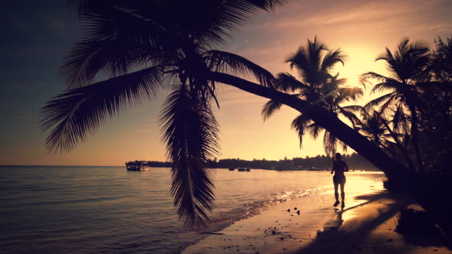Sunrise-mar-video-Chica-en-la-isla-tropical-de-playa-Punta-Cana
