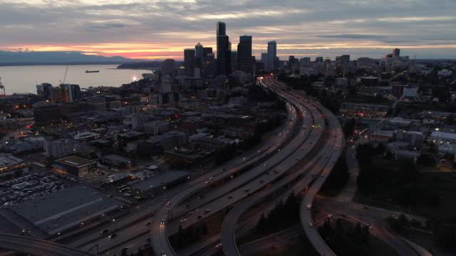 Antenne-Hyperlapse-von-Seattle-City-Hochhaus-Gebäude-leuchtet-leuchtet-in-der-Nacht-in-atemberaubender-Optik