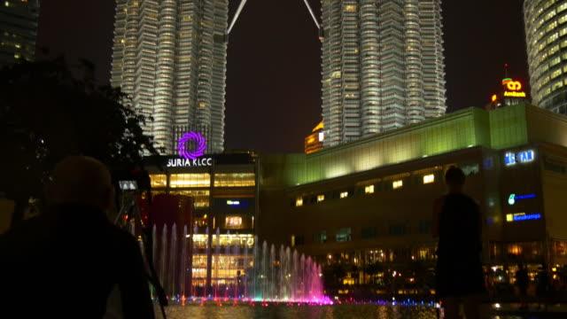 Malasia-noche-tiempo-kuala-lumpur-klcc-centro-comercial-música-ligera-fuente-panorama-4k