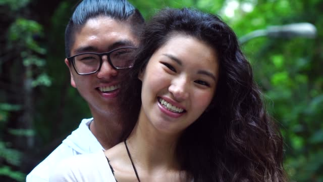 Portrait-of-Asian-paar-Smiling