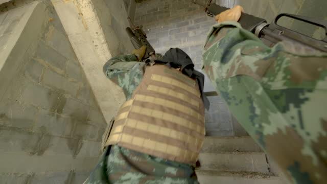 Escuadrón-de-soldados-completamente-equipados-y-armados-avanzar-atacar-y-eliminar-el-objetivo-terrorista-en-el-edificio