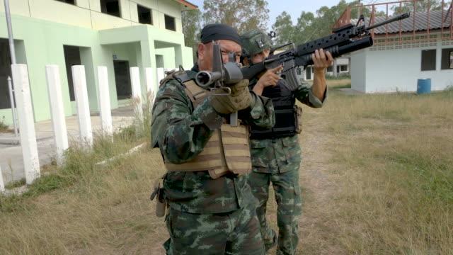 Escuadrón-de-soldados-armados-avanzar-atacar-y-eliminar-el-objetivo-terrorista-en-la-zona-de-edificios-en-ruinas-y-totalmente-equipada-