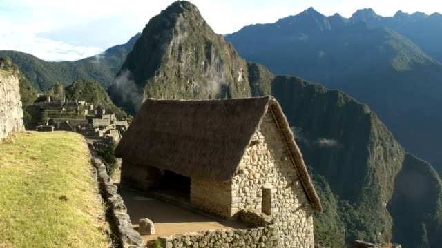 vista-de-ángulo-alto-de-una-cabaña-restaurada-en-machu-picchu-en-una-soleada-mañana