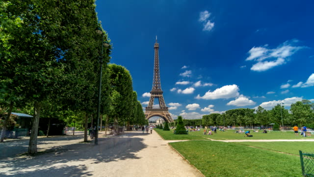 Eiffelturm-auf-Champs-de-Mars-in-Paris-Timelapse-Hyperlapse-Frankreich
