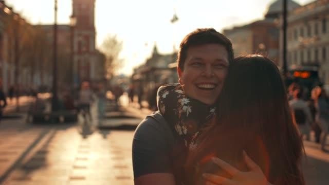 Ein-Mann-trifft-ein-Mädchen-auf-der-Straße-und-gibt-ihr-eine-Umarmung-Nahaufnahme