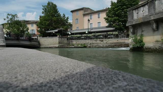 La-Sorgue-río-cruza-l-\-Isle-Sur-La-Sorgue-en-4k