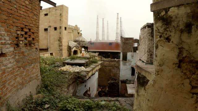 Soplo-de-humo-de-las-chimeneas-del-crematorio-Manikarnika-Ghat-vista-desde-los-barrios-bajos