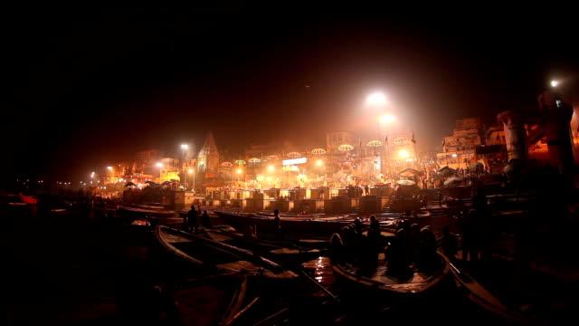 Ceremonia-junto-a-la-recepción-de-Ghats-del-Ganges:-Varanasí-India-(de-audio)
