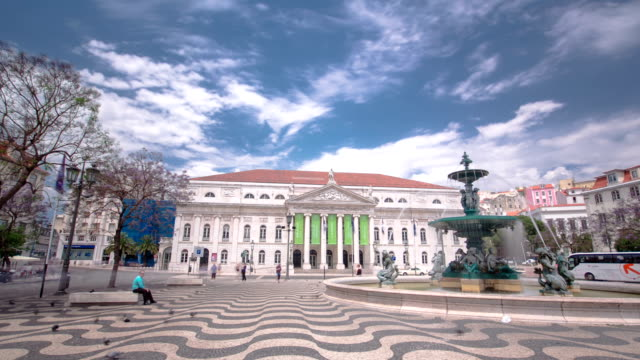 El-Teatro-Nacional-D-Maria-Rossio-pies-con-fuente-Lisboa-Portugal-timelapse-hyperlapse