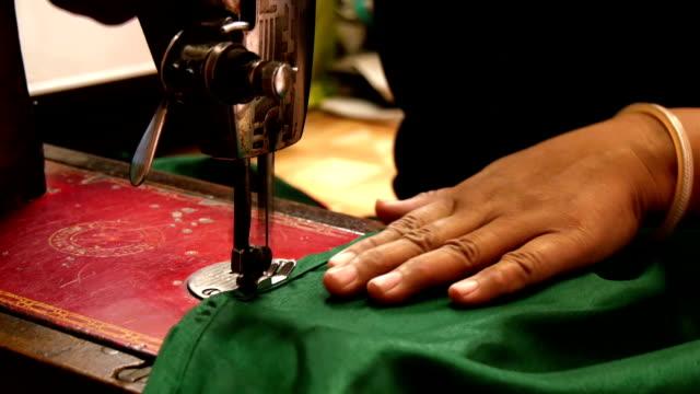 india-seamstress-en-el-trabajo-primer-plano