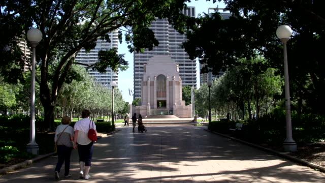 People-walking-in-Hyde-park-to-the-ANZAC-war-memorial