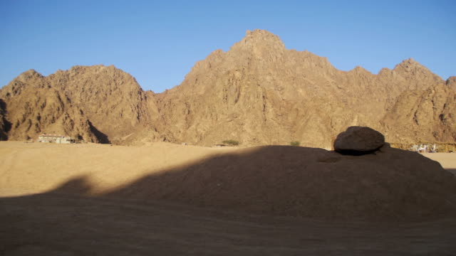 Desert-in-Egypt-Sand-and-Mountains