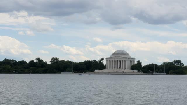 Lapso-de-tiempo-monumento-a-Thomas-Jefferson-con-lluvia-nubes-movimiento-derecha